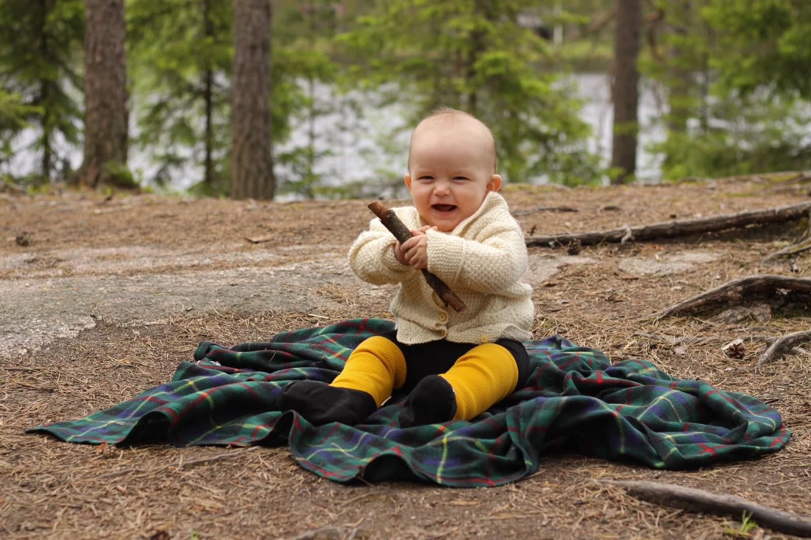 minkä ikäisenä vauva istuu