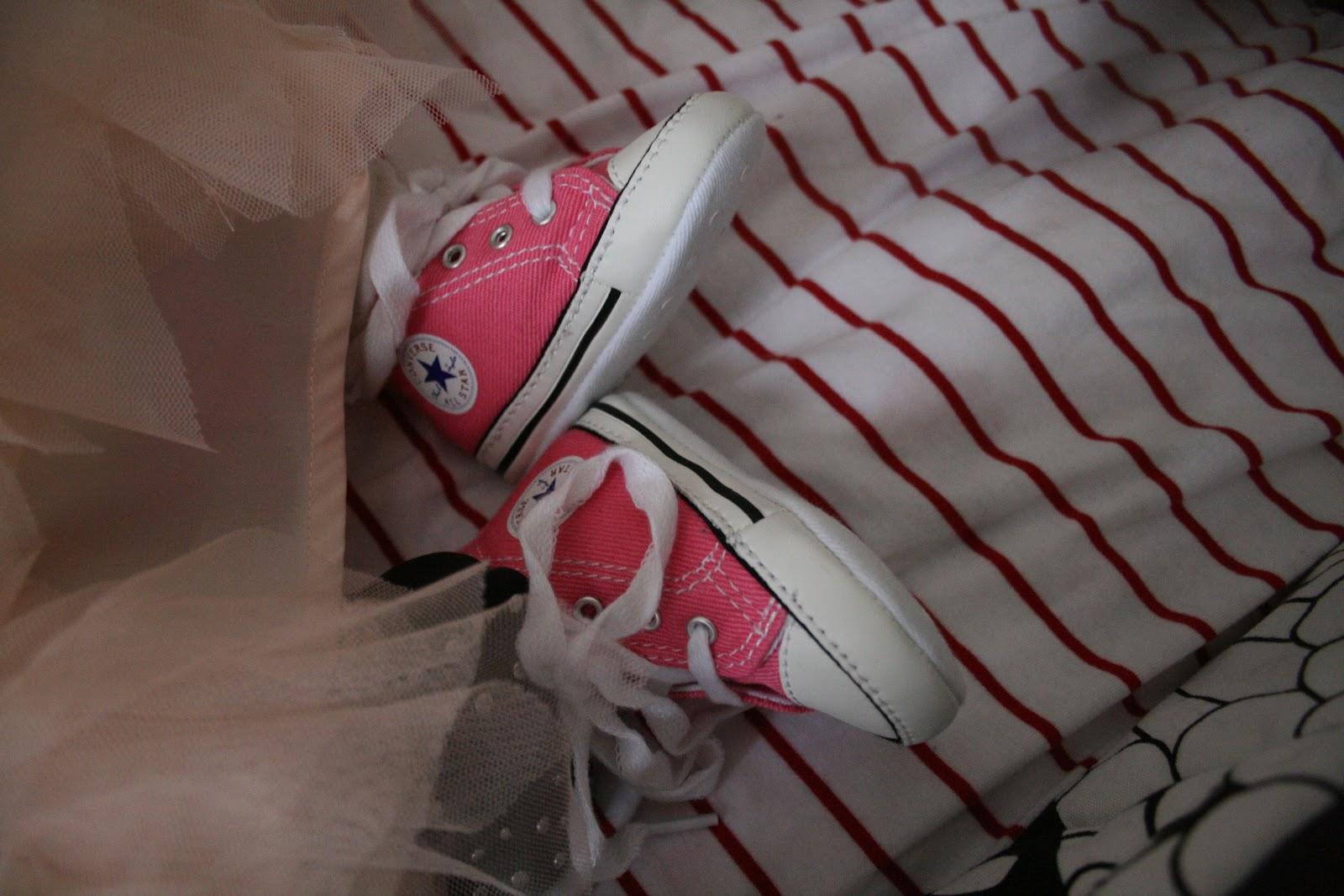 Minimen ensimmäiset kengät olivat vaaleanpunaiset Converse-tennarit.  Ensiaskelia niillä ei otettu 5ecaf72523