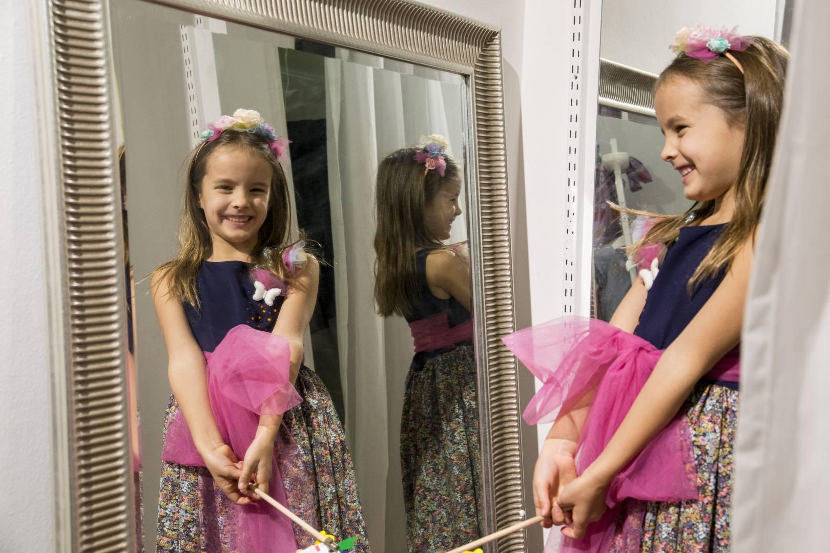 Lapsen suunnittelema juhlamekko ja satumaisen söpö