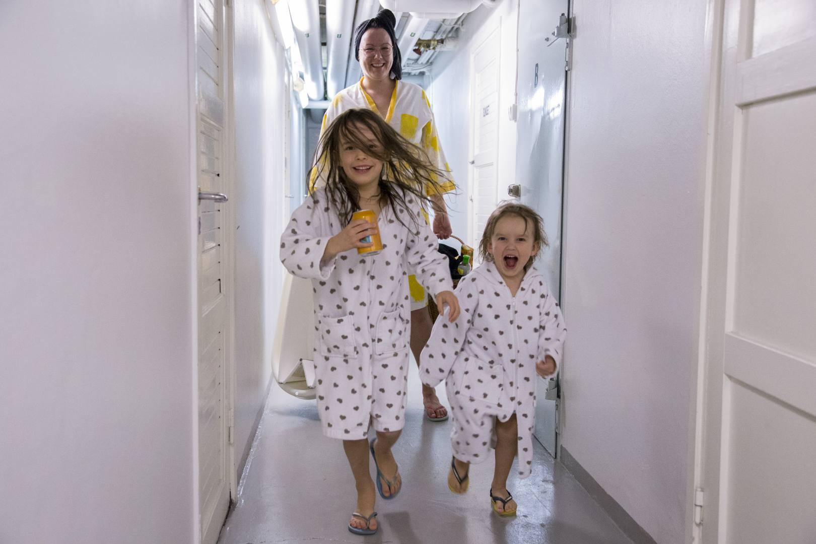 ©Lahiomutsi Arkikuva 11 Taloyhtion saunavuoro Lauantaisauna Finlayson saunatakki kylpytakki lapset 2018-4802